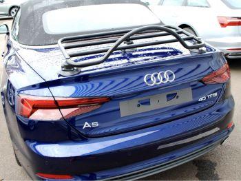 azul brillante audi a5 cabriolet con un negro portaequipajes montado en el maletero