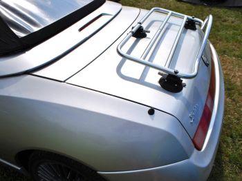 Silber Alfa Romeo 916 mit eingebautem Revo-Rack-Gepäckträger