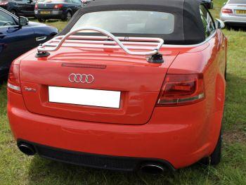Audi A4 Cabrio in Rot mit verchromter Gepäckablage
