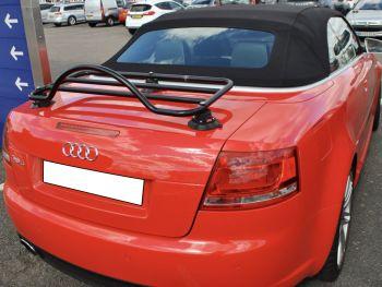 Red Audi A4 Cabrio mit einem Revo-Rack schwarz Gepäckträger ausgestattetted
