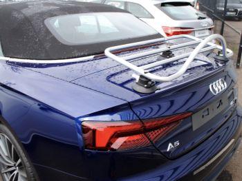 blaues Audi A5 Cabrio mit einem Revo-Rack pa Gepäckträger montiert