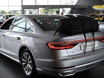 silberner Audi A6 Salon in einem Audi Showroom mit Gepäckablage Dachbox Dachträger montiert