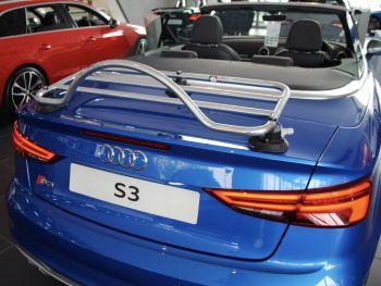 blaues audi a3 s3 cabrio mit einem revo-rack pa gepäckträger unten in einem audi händler aus der nähe fotografiert
