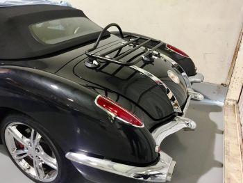 schwarzes corvette cabrio mit eingebautem revo-rack gepäckträger