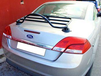 Ford Focus plateado descapotable CC cabriolet con portaequipajes negro instalado.