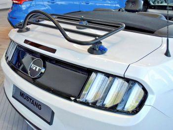 weißes Ford Mustang Cabriolet 6. Generation mit Gepäckträger