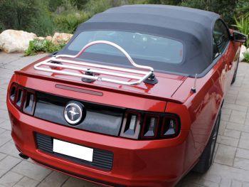 Ford Mustang Cabrio de quinta generación de color burdeos con un portaequipajes de acero inoxidable revo-rack instalado