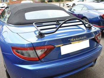 Hellblaues Maserati Gran Cabrio mit eingebautem Revo Rack Gepäckträger