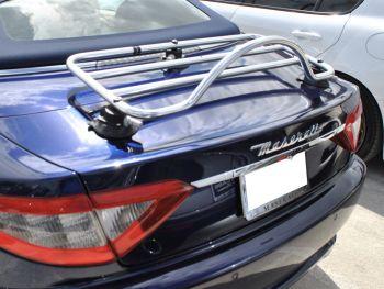 dunkelblaues maserati gran cabrio cabrio mit eingebautem revo-rack gepäckträger