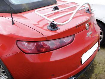 leuchtend rote alfa romeo brera 939 spinne mit einem revo-rack chrom / edelstahl Gepäckträger am Kofferraumdeckel montiert
