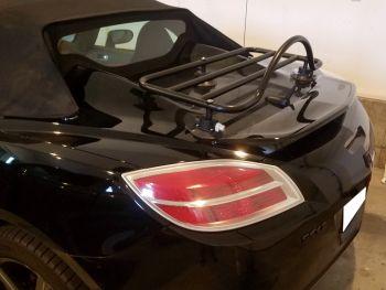 schwarzer opel gt mit einem am Kofferraum montierten revo-rack gepäckträger