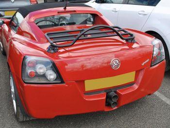 Opel Speedster rojo con un portaequipajes negro instalado