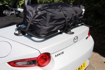 wasserdichte gepäcktasche für einen umwandelbaren gepäckträger, der an einem sonnigen tag an einem schwarzen gepäckträger eines mazda miata   mx5 nd angebracht ist
